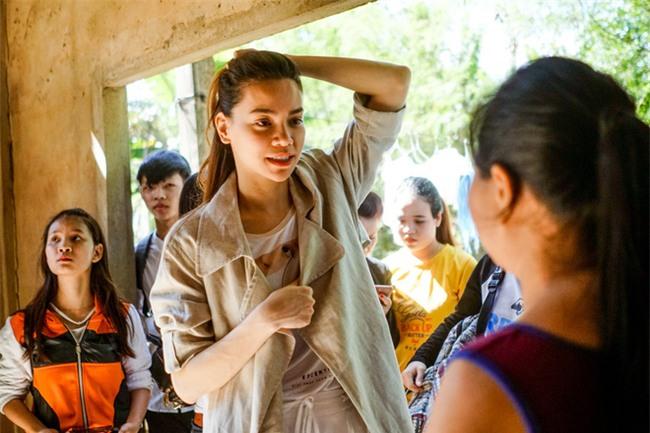 Hồ Ngọc Hà cùng mẹ về miền Trung hỗ trợ bà con sau bão Damrey - Ảnh 24.