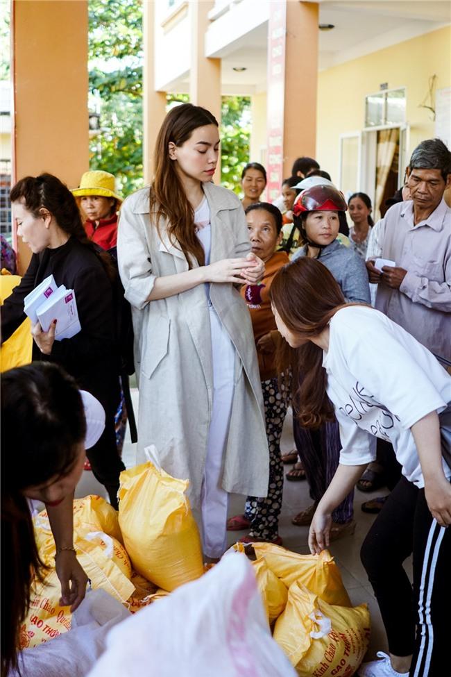 Hồ Ngọc Hà cùng mẹ về miền Trung hỗ trợ bà con sau bão Damrey - Ảnh 3.