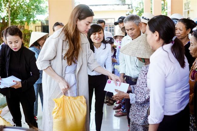 Hồ Ngọc Hà cùng mẹ về miền Trung hỗ trợ bà con sau bão Damrey - Ảnh 4.