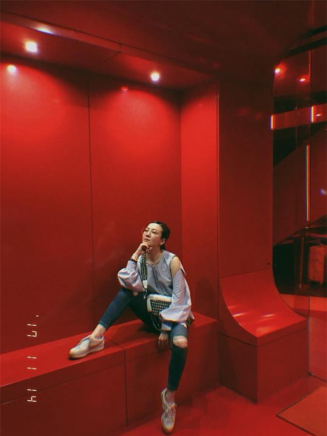 Street style tuần này: Angela Phương Trinh diện váy ôm già chát, Kỳ Duyên nổi bật vì dát hàng hiệu từ đầu tới chân - Ảnh 9.