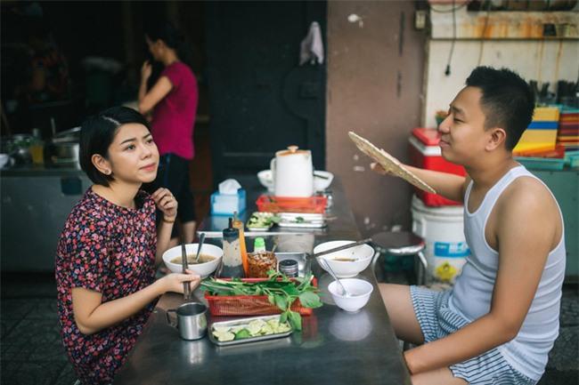 Chẳng ai như cặp đôi này, đi ăn sáng tiện thể chụp ảnh cưới vậy mà vẫn hút cả nghìn like - Ảnh 1.