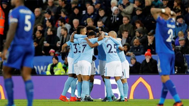 Các cầu thủ Man City ăn mừng bàn thắng của De Bruyne