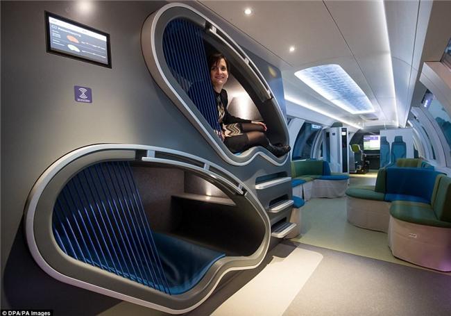Hết ô-tô, giờ đến tàu điện cũng tự động lái: Có ghế chống rung, máy tính bảng, phòng tập gym với trợ lý ảo - Ảnh 2.
