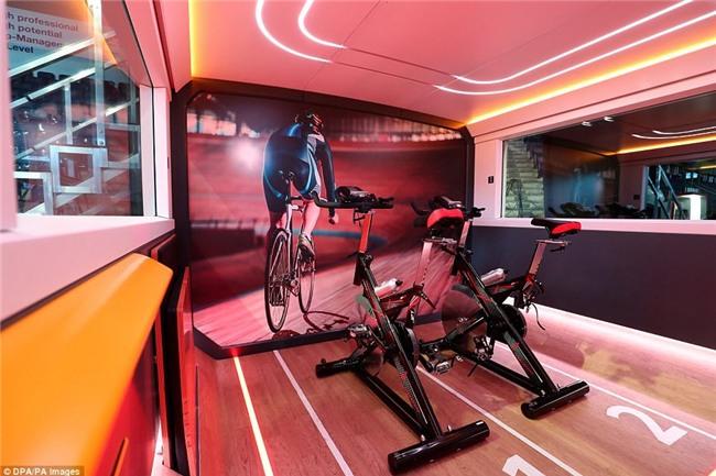 Hết ô-tô, giờ đến tàu điện cũng tự động lái: Có ghế chống rung, máy tính bảng, phòng tập gym với trợ lý ảo - Ảnh 3.