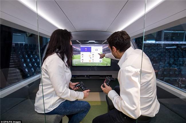 Hết ô-tô, giờ đến tàu điện cũng tự động lái: Có ghế chống rung, máy tính bảng, phòng tập gym với trợ lý ảo - Ảnh 4.