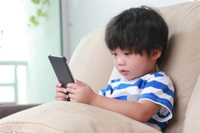 Cách đơn giản để lấy điện thoại khỏi tay con đang chơi mà trẻ không nổi trận lôi đình - Ảnh 1.