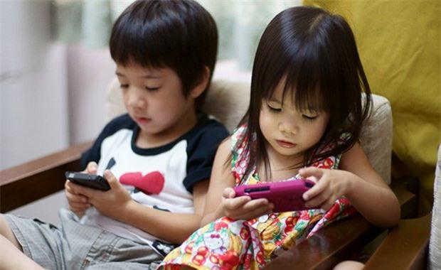 Cách đơn giản để lấy điện thoại khỏi tay con đang chơi mà trẻ không nổi trận lôi đình - Ảnh 2.