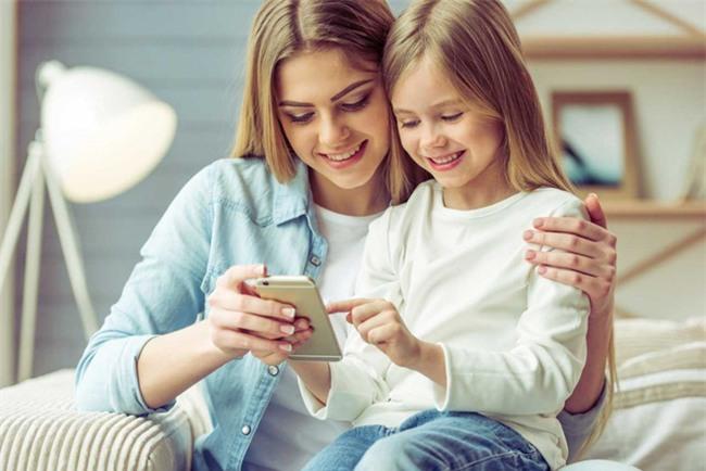Cách đơn giản để lấy điện thoại khỏi tay con đang chơi mà trẻ không nổi trận lôi đình - Ảnh 3.