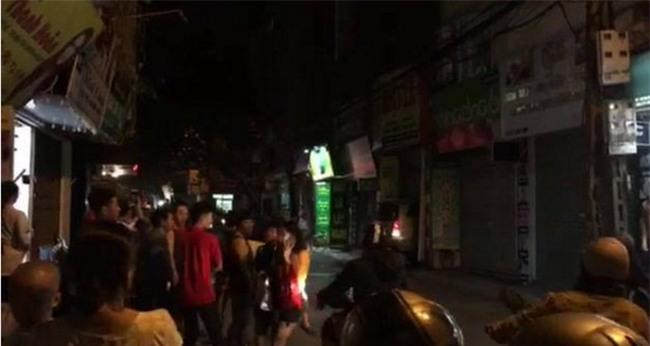 Hà Nội: Người dân hoảng loạn chứng kiến chiếc xe ô tô lao thẳng vào nhà hàng xóm - Ảnh 2.