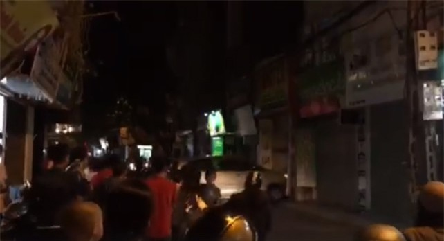 Hà Nội: Người dân hoảng loạn chứng kiến chiếc xe ô tô lao thẳng vào nhà hàng xóm - Ảnh 3.