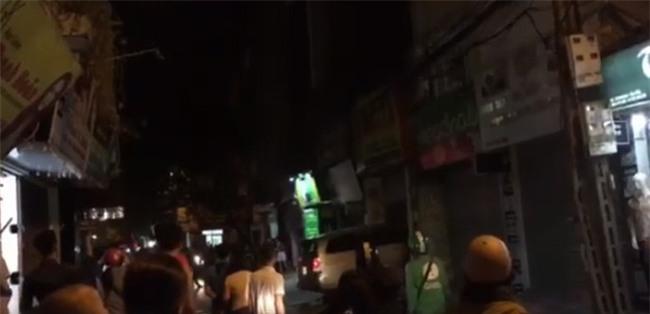 Hà Nội: Người dân hoảng loạn chứng kiến chiếc xe ô tô lao thẳng vào nhà hàng xóm - Ảnh 4.