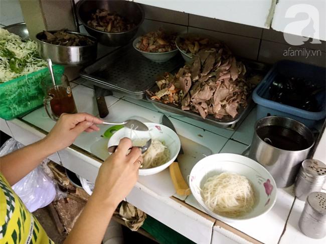 Tiệm hủ tiếu 70 tuổi mà vẫn Thanh Xuân, thôi miên người Sài Gòn bằng hương vị bí truyền - Ảnh 4.