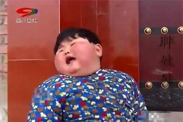 """me chieu chuong cho an uong thoai mai, be 2 tuoi co can nang """"khung"""" gan 40kg, chan bien dang - 2"""