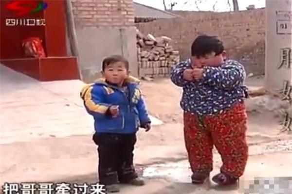 """me chieu chuong cho an uong thoai mai, be 2 tuoi co can nang """"khung"""" gan 40kg, chan bien dang - 3"""
