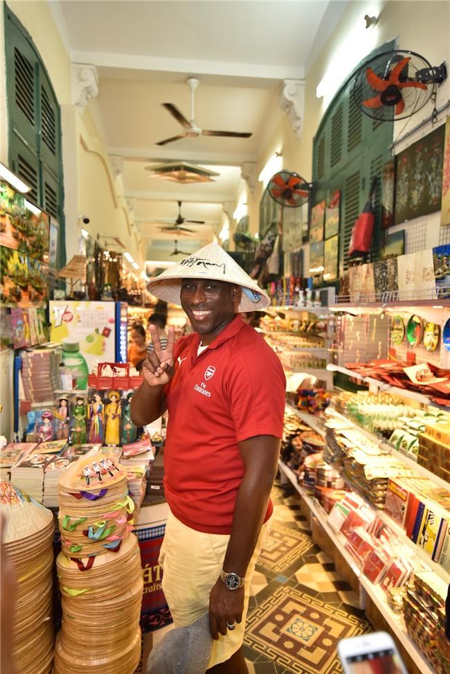 Huyền thoại Arsenal mặc áo dài, đội nón tham quan các di tích tại Thành phố Hồ Chí Minh