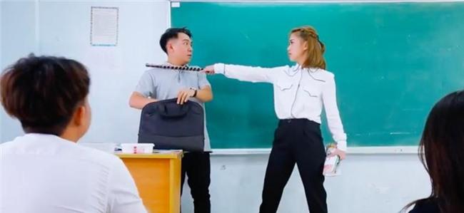 Hóa thân thành thầy cô bá đạo, Phở Đặc Biệt và Ngọc Thảo khiến người xem thích thú trong vlog mới-1
