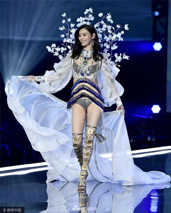 Cú vồ ếch lịch sử của show nội y Victorias Secret: Siêu mẫu xứ Trung ngã sấp mặt-1