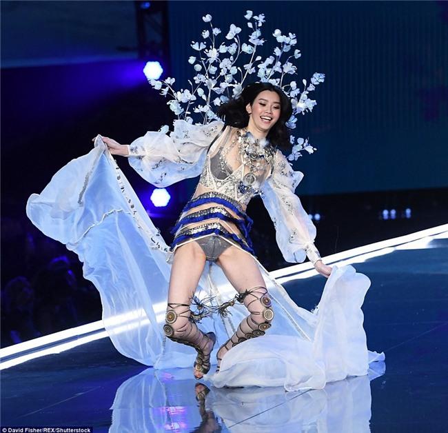 Cú vồ ếch lịch sử của show nội y Victorias Secret: Siêu mẫu xứ Trung ngã sấp mặt-3