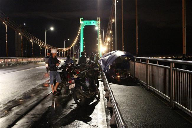 Đà Nẵng: Thất tình, 3 thanh niên rủ nhau nhảy cầu Thuận Phước tự tử, 2 người mất tích - Ảnh 1.