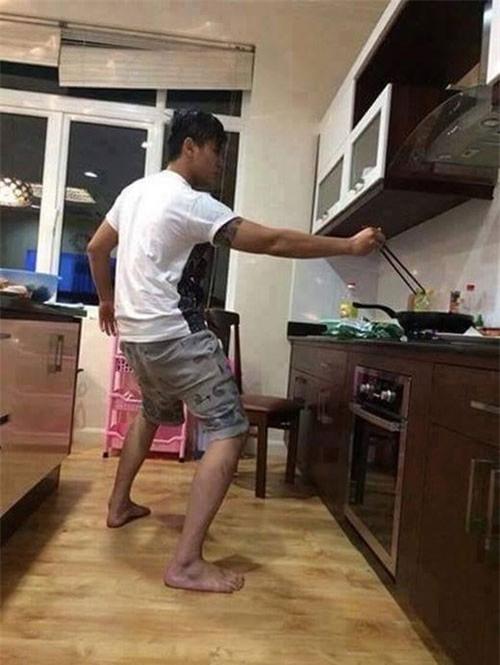 Chết cười với những cảnh khi đàn ông vào bếp: nào là giáp xanh giáp hồng, không mũ bảo hiểm cũng trùm bọc nylon - Ảnh 10.