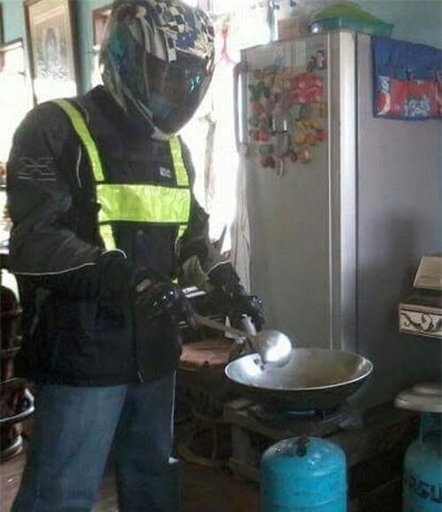 Chết cười với những cảnh khi đàn ông vào bếp: nào là giáp xanh giáp hồng, không mũ bảo hiểm cũng trùm bọc nylon - Ảnh 11.