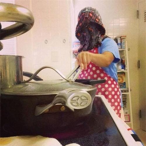 Chết cười với những cảnh khi đàn ông vào bếp: nào là giáp xanh giáp hồng, không mũ bảo hiểm cũng trùm bọc nylon - Ảnh 12.