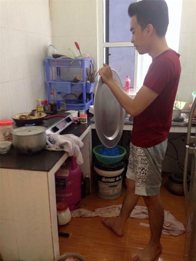 Chết cười với những cảnh khi đàn ông vào bếp: nào là giáp xanh giáp hồng, không mũ bảo hiểm cũng trùm bọc nylon - Ảnh 14.
