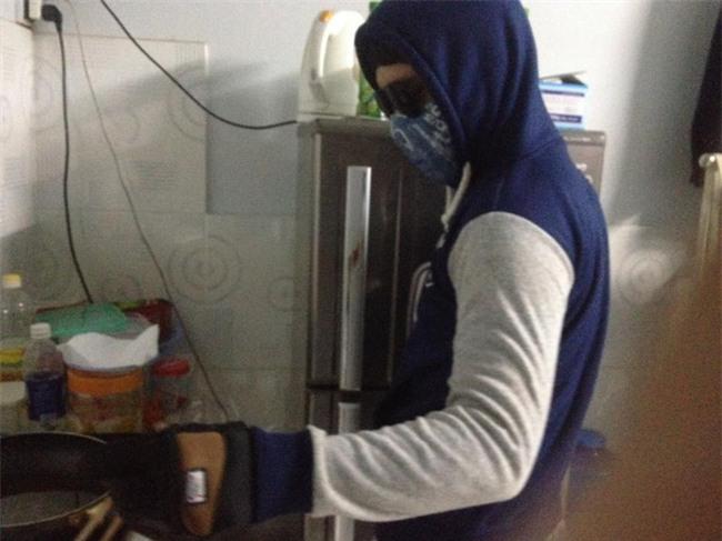 Chết cười với những cảnh khi đàn ông vào bếp: nào là giáp xanh giáp hồng, không mũ bảo hiểm cũng trùm bọc nylon - Ảnh 15.