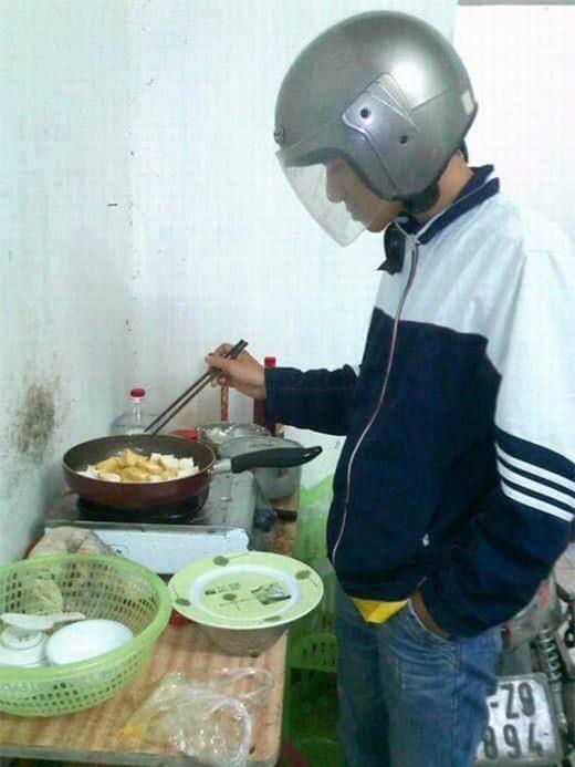 Chết cười với những cảnh khi đàn ông vào bếp: nào là giáp xanh giáp hồng, không mũ bảo hiểm cũng trùm bọc nylon - Ảnh 2.