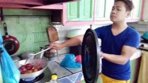 Chết cười với những cảnh khi đàn ông vào bếp: nào là giáp xanh giáp hồng, không mũ bảo hiểm cũng trùm bọc nylon - Ảnh 3.