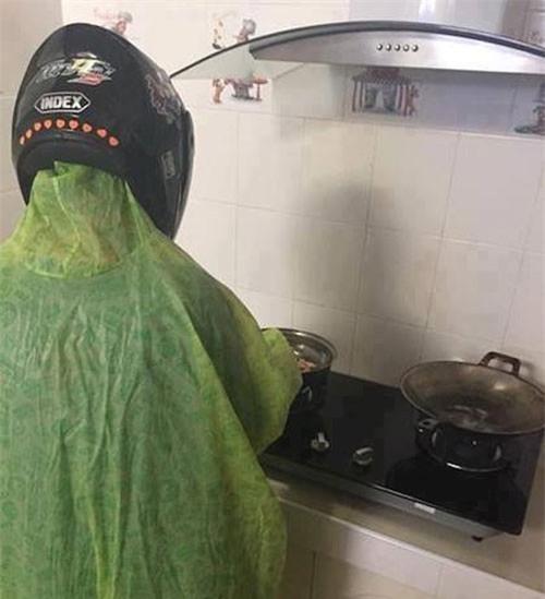 Chết cười với những cảnh khi đàn ông vào bếp: nào là giáp xanh giáp hồng, không mũ bảo hiểm cũng trùm bọc nylon - Ảnh 4.