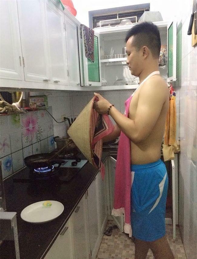 Chết cười với những cảnh khi đàn ông vào bếp: nào là giáp xanh giáp hồng, không mũ bảo hiểm cũng trùm bọc nylon - Ảnh 5.