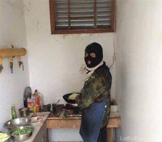 Chết cười với những cảnh khi đàn ông vào bếp: nào là giáp xanh giáp hồng, không mũ bảo hiểm cũng trùm bọc nylon - Ảnh 6.