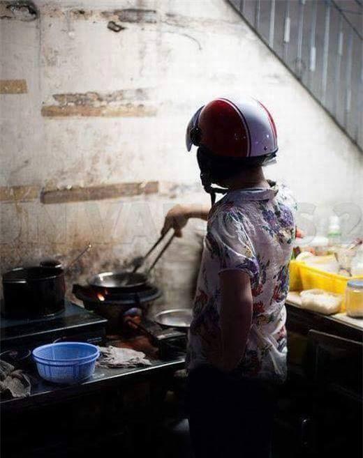 Chết cười với những cảnh khi đàn ông vào bếp: nào là giáp xanh giáp hồng, không mũ bảo hiểm cũng trùm bọc nylon - Ảnh 7.