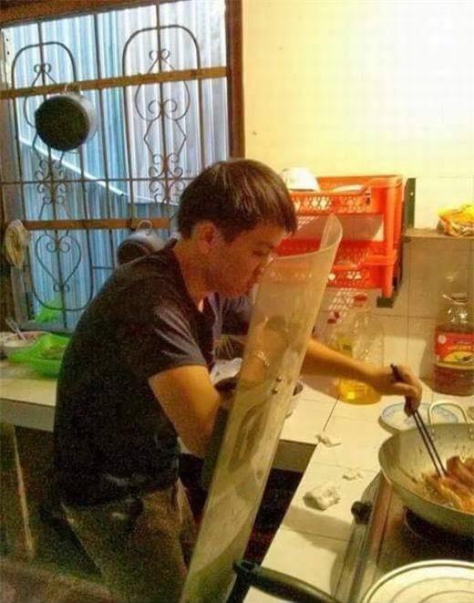 Chết cười với những cảnh khi đàn ông vào bếp: nào là giáp xanh giáp hồng, không mũ bảo hiểm cũng trùm bọc nylon - Ảnh 8.