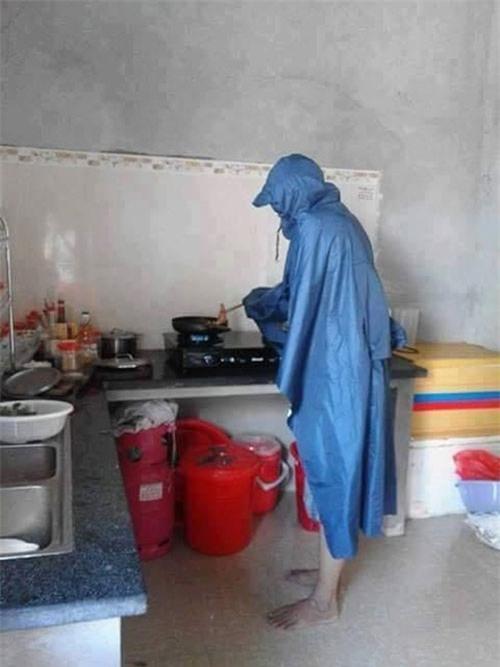 Chết cười với những cảnh khi đàn ông vào bếp: nào là giáp xanh giáp hồng, không mũ bảo hiểm cũng trùm bọc nylon - Ảnh 9.