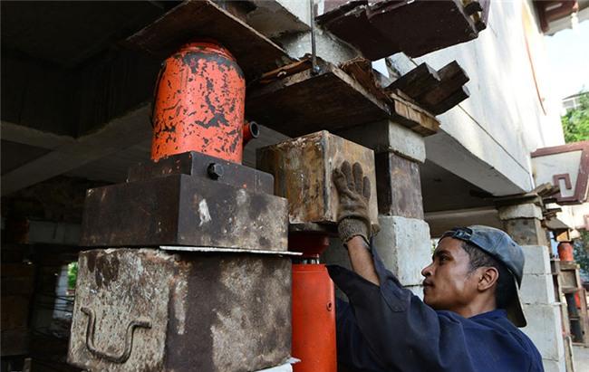 Thần đèn nâng cao 3 m giảng đường ngôi chùa 2.000 tấn ở Sài Gòn
