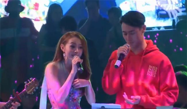 Minh Hằng hát live cùng Rocker Nguyễn tại buổi họp fan. - Tin sao Viet - Tin tuc sao Viet - Scandal sao Viet - Tin tuc cua Sao - Tin cua Sao