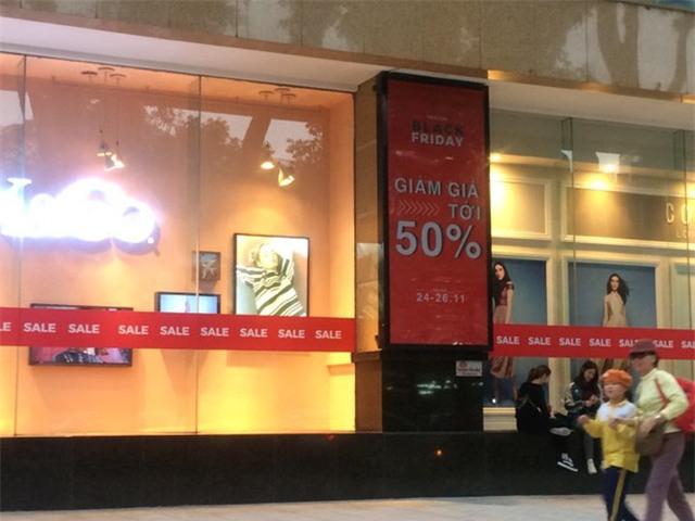 Dọc các tuyến phố mua sắm, các trung tâm thương mại, cửa hàng đã bắt đầu chuẩn bị cho Black Friday