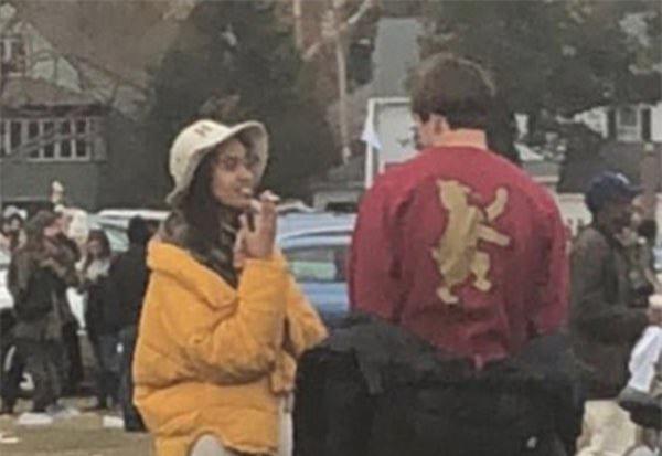 Ái nữ nhà ông Obama ôm hôn trai lạ, hút thuốc lá ngay trong khuôn viên trường đại học - Ảnh 3.