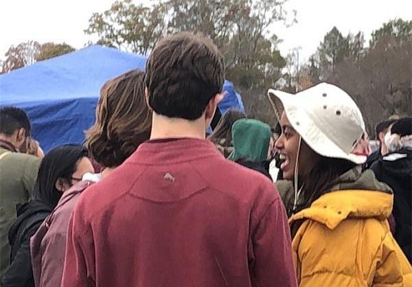 Ái nữ nhà ông Obama ôm hôn trai lạ, hút thuốc lá ngay trong khuôn viên trường đại học - Ảnh 4.
