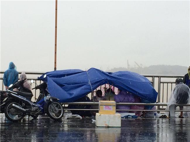 Vụ 3 thanh niên nhảy cầu tự tử ở Đà Nẵng: Trước khi gieo mình xuống sống, nam thạnh niên 19 tuổi nhờ bạn chăm sóc giúp con nhỏ - Ảnh 2.