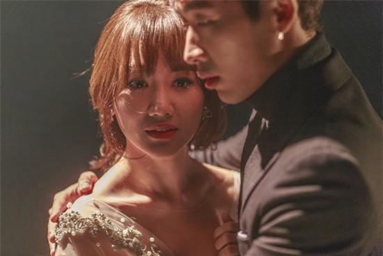 Hari Won bị khán giả quay lưng, ném chai lên sân khấu trong tập 4 của Thiên Ý-9