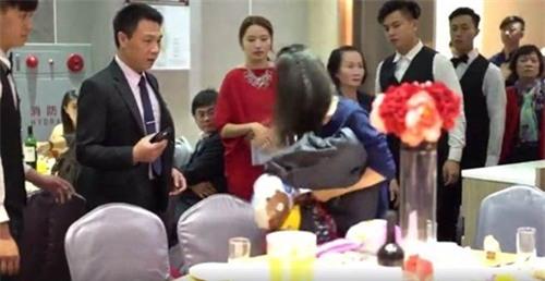Bị phát hiện ăn chùa đám cưới, gái trẻ xấu hổ đập phá cả tiệc cưới-3