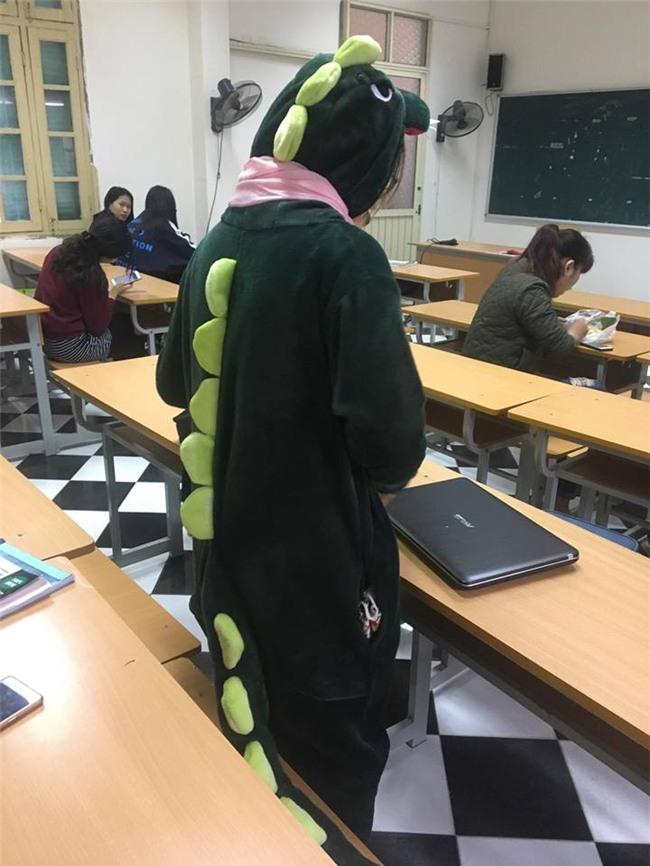 Cô bạn mặc đồ khủng long tới lớp: Trời lạnh chỉ là chuyện nhỏ thôi! - Ảnh 1.