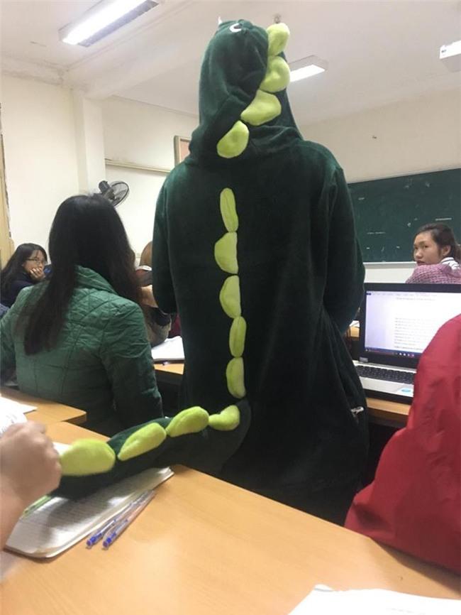 Cô bạn mặc đồ khủng long tới lớp: Trời lạnh chỉ là chuyện nhỏ thôi! - Ảnh 2.