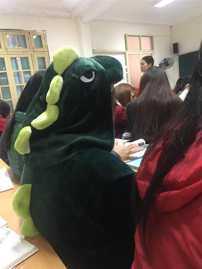 Cô bạn mặc đồ khủng long tới lớp: Trời lạnh chỉ là chuyện nhỏ thôi! - Ảnh 4.