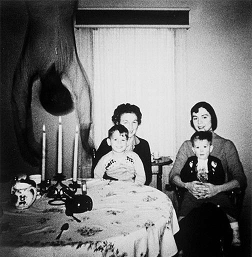 Sự thật đằng sau bức ảnh kinh dị bóng người trong bữa ăn ám ảnh cư dân mạng - Ảnh 1.