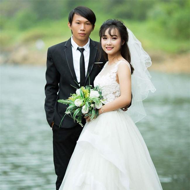 Tổ chức đám cưới trong ngày mưa ngập, cặp đôi đã có hành động khiến người ta bật cười - Ảnh 2.