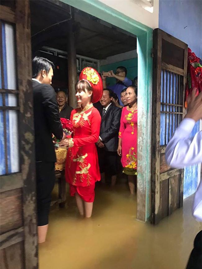 Tổ chức đám cưới trong ngày mưa ngập, cặp đôi đã có hành động khiến người ta bật cười - Ảnh 3.